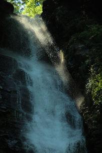 滝の落ち口から射す日光のスポットライトの写真素材 [FYI00331193]