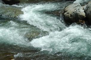 激しい流れ・飛騨川の写真素材 [FYI00331232]