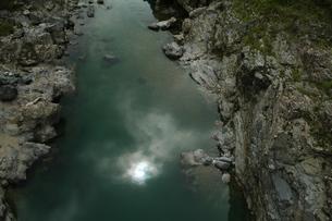 峡谷の水面に映える太陽の写真素材 [FYI00331272]