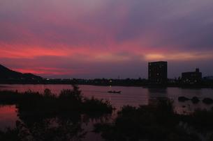 木曽川の夕焼け、犬山の鵜飼舟の写真素材 [FYI00331354]