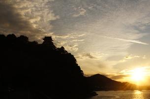 夕日と犬山城のシルエットの素材 [FYI00331355]