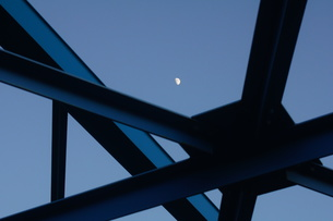 鉄骨と月の写真素材 [FYI00331449]