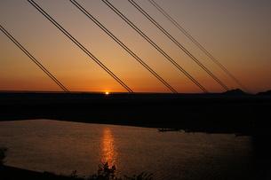 日没、夕焼け、斜張橋の写真素材 [FYI00331723]