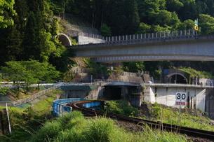 高速高架橋、道路、鉄橋、トンネルを一度に見るの写真素材 [FYI00331726]