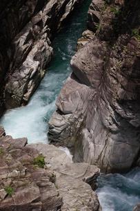 渓谷、岩を噛む激しい流れ、川浦渓谷の写真素材 [FYI00331768]