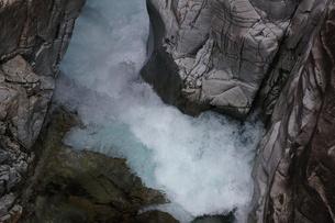 渓谷、岩を噛む激しい流れ、川浦渓谷の写真素材 [FYI00331770]