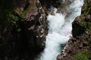 渓谷、岩を噛む激しい流れ、川浦渓谷の写真素材 [FYI00331774]