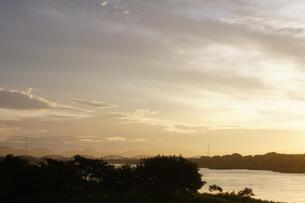 木曽川の朝、鉄橋のシルエットの写真素材 [FYI00331808]