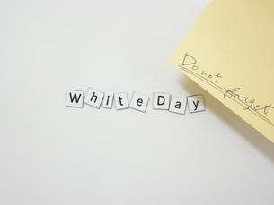 ホワイトボードとマグネットのホワイトデーの写真素材 [FYI00332284]