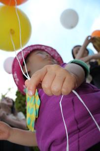 風船を持つ男の子の写真素材 [FYI00332317]