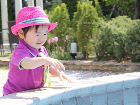 噴水で遊ぶ男の子の写真素材 [FYI00332318]