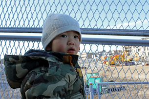 工事現場を見つめる赤ちゃんの写真素材 [FYI00332325]