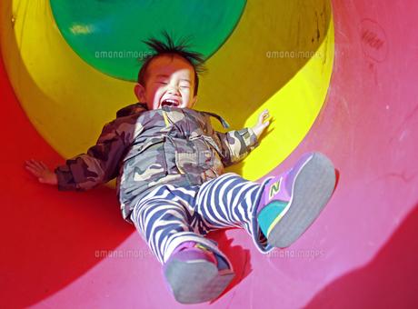 滑り台をすべる赤ちゃんの写真素材 [FYI00332334]