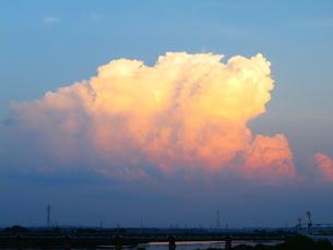 夕陽に照らされる積乱雲の写真素材 [FYI00332514]