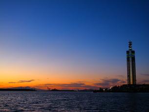 夕ぐれの秋田港の写真素材 [FYI00332523]