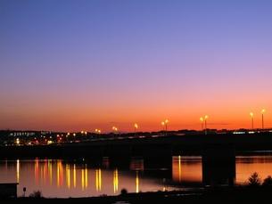 夕方オレンジ色に光る川面の写真素材 [FYI00332546]