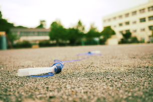校庭に置き忘れたなわとび はまっこの写真素材 [FYI00332559]
