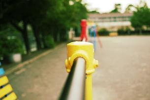 小学校の校庭にある鉄棒の写真素材 [FYI00332566]