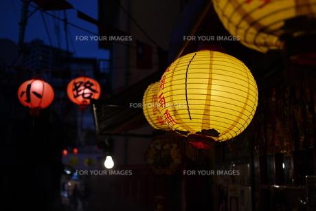 提灯の明かりが灯った商店街の写真素材 [FYI00332567]