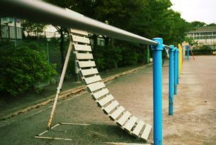 小学校の鉄棒逆上がりの写真素材 [FYI00332569]