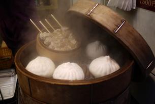 せいろの中の肉まん 豚まん シュウマイの写真素材 [FYI00332579]