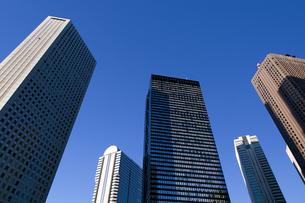 西新宿の高層ビル街と青空の写真素材 [FYI00332929]