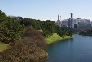 皇居の桜田濠と都心風景の写真素材 [FYI00333370]