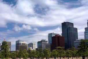 皇居から望む丸の内ビル街の写真素材 [FYI00333400]