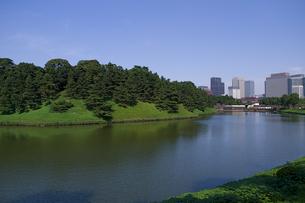皇居の桜田濠と都心風景の写真素材 [FYI00333481]