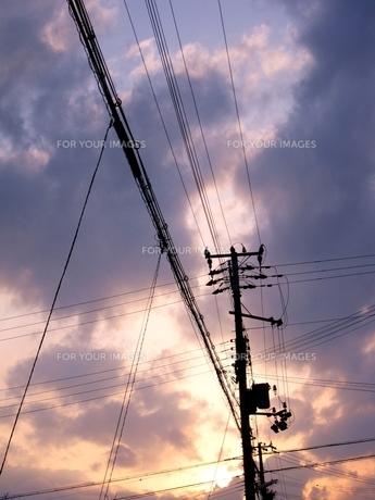 夕焼け・電線の素材 [FYI00333652]