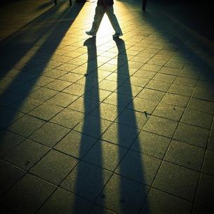 脚と影の素材 [FYI00333678]