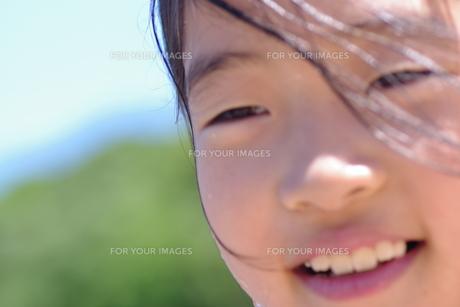 少女と笑顔の写真素材 [FYI00333744]