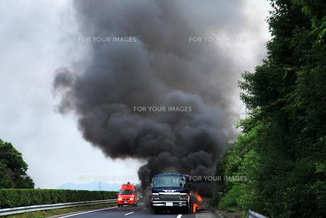 炎上するトレーラーの写真素材 [FYI00333753]