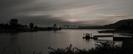 夕暮れ時の入り江の写真素材 [FYI00333884]