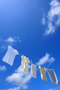 洗濯物と青空の写真素材 [FYI00333926]