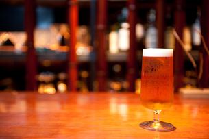 バーカウンターのビールの写真素材 [FYI00333975]