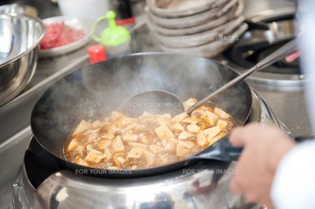 麻婆豆腐を調理するの素材 [FYI00333994]