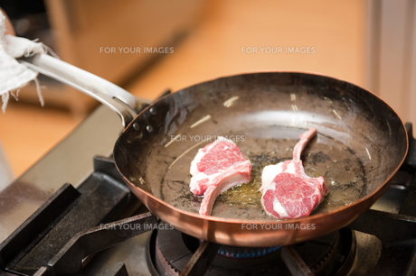 ラム肉を焼くの素材 [FYI00334002]