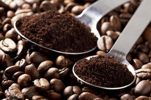 コーヒー豆と計量スプーンの写真素材 [FYI00334283]