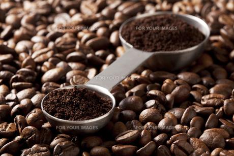コーヒー豆と計量スプーンの写真素材 [FYI00334287]