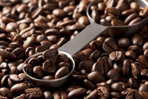 コーヒー豆と計量スプーンの写真素材 [FYI00334292]