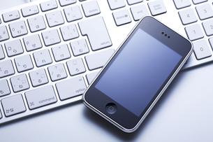 スマートフォンとキーボードの写真素材 [FYI00334329]