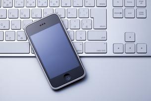 スマートフォンとキーボードの写真素材 [FYI00334356]