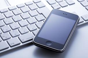 スマートフォンとキーボードの写真素材 [FYI00334359]