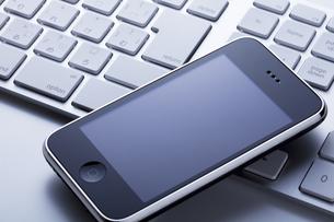 スマートフォンとキーボードの写真素材 [FYI00334372]
