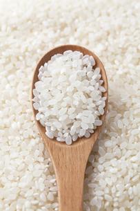 お米と木のスプーンの写真素材 [FYI00334381]