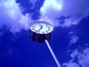 青空と時計の写真素材 [FYI00334732]