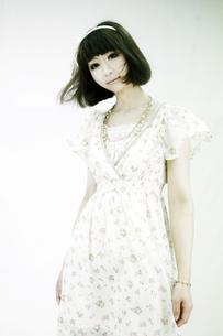 ワンピースを着た若い女性の写真素材 [FYI00334734]