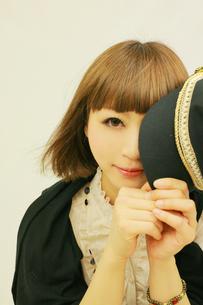 帽子を持った若い女性の写真素材 [FYI00334757]