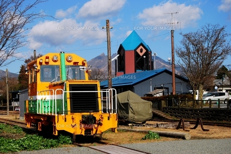 高森駅と機関車の写真素材 [FYI00334974]